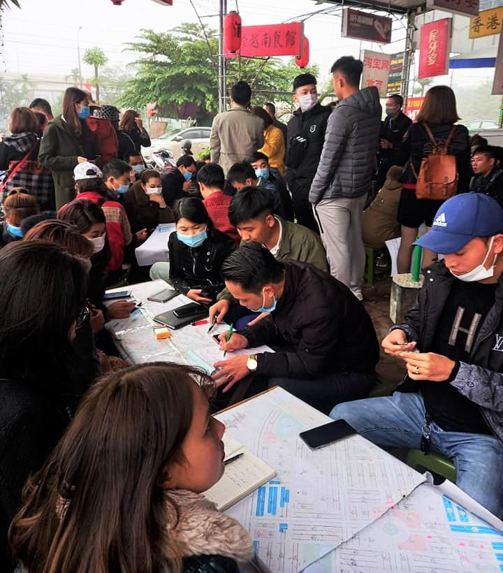 Người môi giới bất động sản tập trung khá đông tại một khu đô thị mới tại huyện Việt Yên.