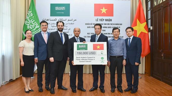 Ngài Saud F. M. Al-Suwelim, Đại sứ Saudi Arabia tại Việt Nam, thay mặt Trung tâm Cứu trợ và Nhân đạo Quốc vương Salman, trao cho ông Trần Văn Sinh, Trưởng ban phong trào cơ quan, Ủy ban Trung ương Mặt trận Tổ quốc Việt Nam hỗ trợ nhân dân ở các tỉnh miền Trung