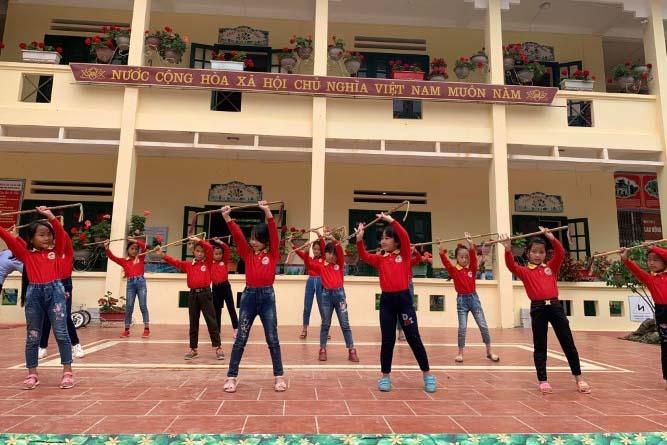 Học sinh Trường Phổ thông dân tộc bán trú Tiểu học Thải Giàng Phố (Bắc Hà – Lào Cai) thuần thục trong điệu múa sinh tiền. Ảnh: Đức Trí