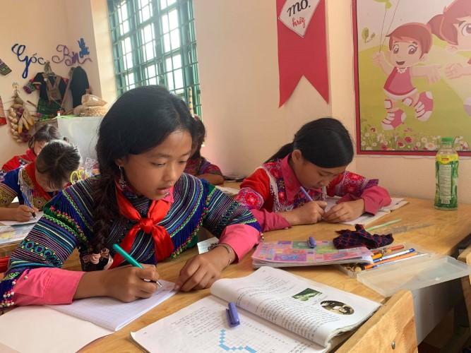 Học sinh Trường Phổ thông dân tộc bán trú Tiểu học số 1 Sín Chéng (Si Ma Cai – Lào Cai) mặc trang phục dân tộc 2 buổi/tuần để bảo tồn văn hóa truyền thống. Ảnh: Đức Trí