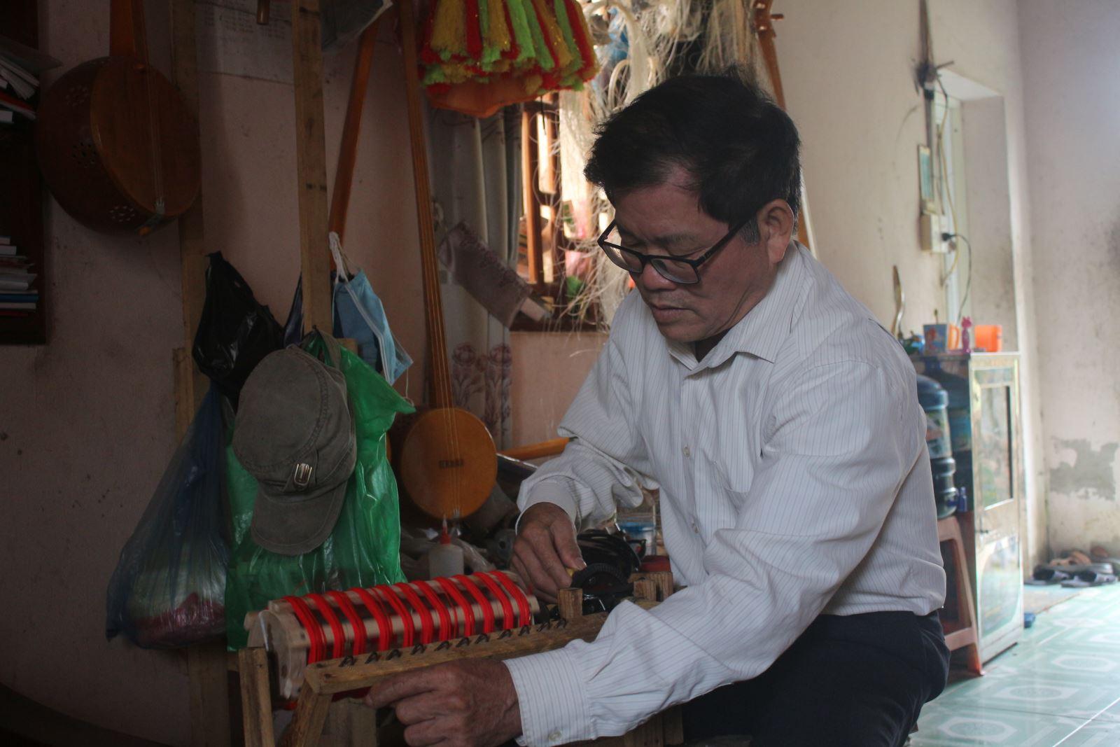 Ông Hòa đã chế tạo chiếc máy làm dây trang trí đàn.