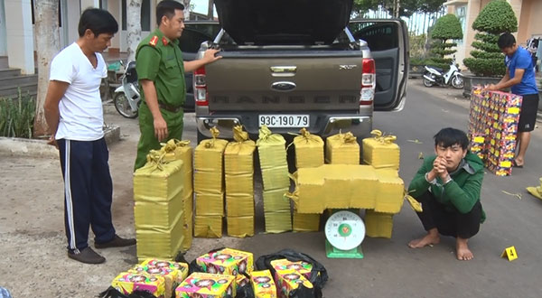 Công an huyện Bù Đốp bắt giữ đối tượng vận chuyển pháo lậu tại khu vực biên giới. Ảnh: H.G.