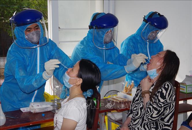Lấy mẫu xét nghiệm phòng dịch COVID-19. Ảnh: TTXVN