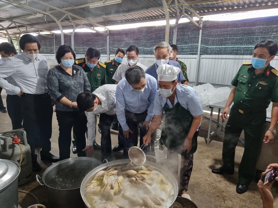 Thứ trưởng Bộ Y tế Trần Văn Thuấn cùng đoàn công tác của Bộ Y tế kiểm tra công tác chuẩn bị hậu cần cho người cách ly tại tỉnh Bạc Liêu