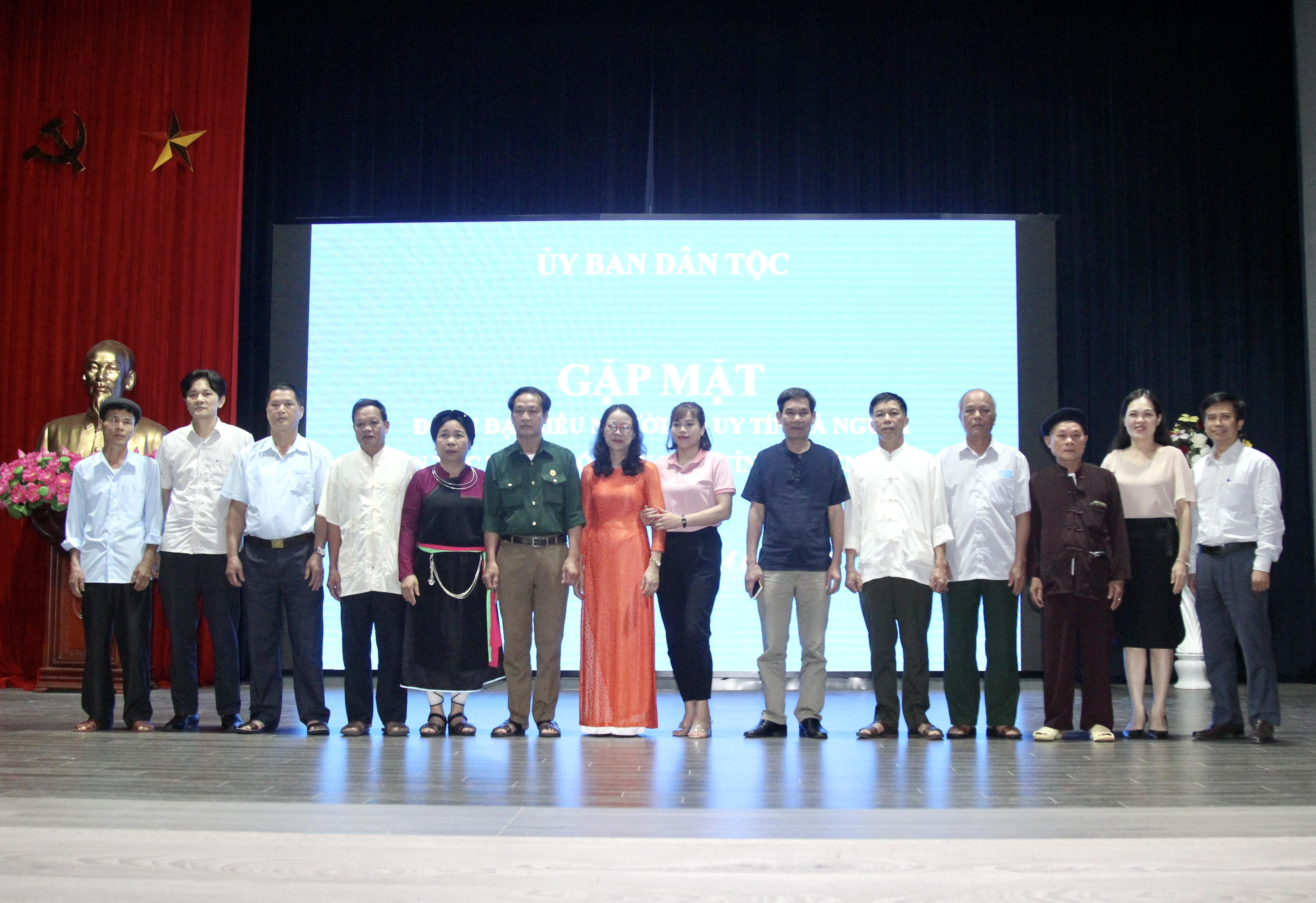 Thứ trưởng, Phó Chủ nhiệm UBDT Hoàng Thị Hạnh chụp ảnh lưu niệm cùng các đại biểu