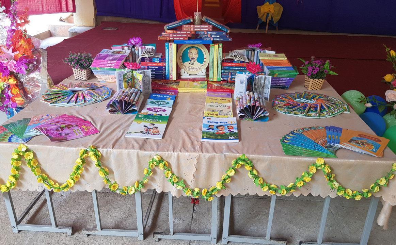 Những cuốn sách được xếp ngay ngắn và đẹp mắt theo từng chủ đề để học sinh tiếp cận.