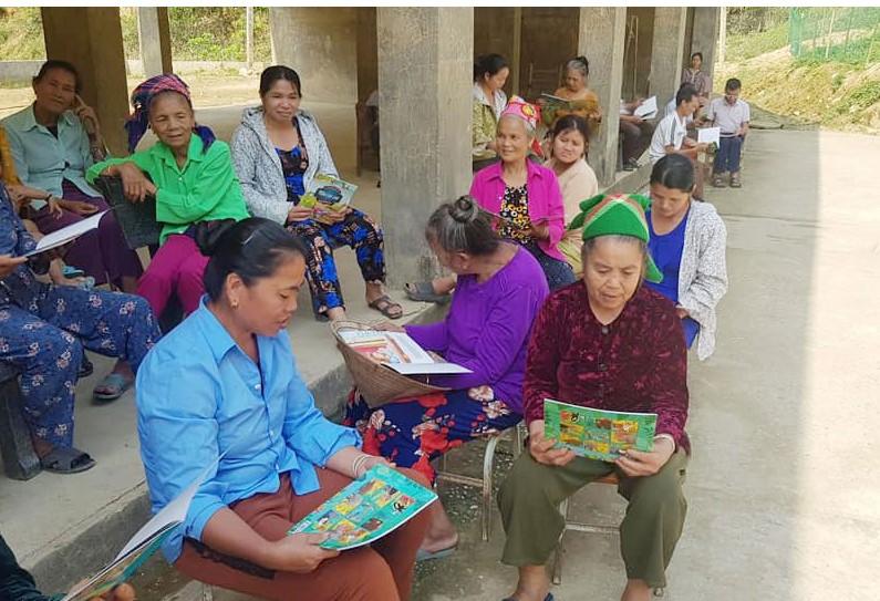 """Các bà, các mẹ cũng đến trường đọc sách, báo để cổ vũ con cháu trong """"Ngày hội đọc sách"""""""
