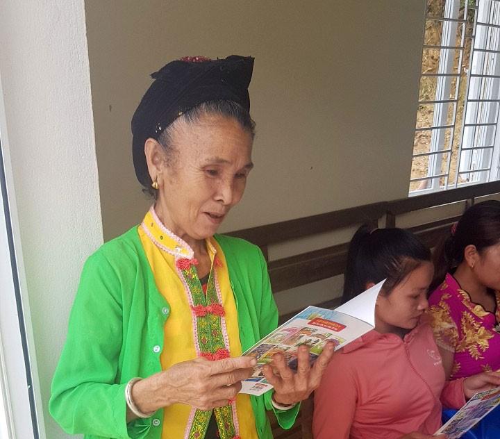 Bà Pay Thị Cuồn ở bản Chà Lúm đến trường động viên cháu đọc sách