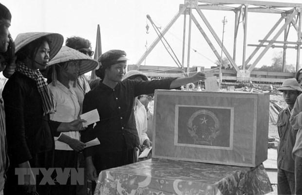 Công nhân Công ty Đường sắt 773 (Liên hiệp xí nghiệp cục Công trình 1-Bộ Giao thông Vận tải) đang xây dựng cầu Yên Xuân (Nghệ Tĩnh), tham gia bầu cử Quốc hội khóa VI tại công trường. (Ảnh: Lan Xuân/TTXVN)