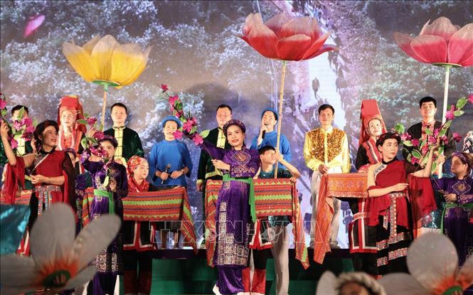 Các tiết mục văn nghệ đậm bản sắc văn hóa độc đáo của các dân tộc Dao, Tày, Sán Chỉ tại lễ khai mạc. Ảnh: Thành Đạt/TTXVN