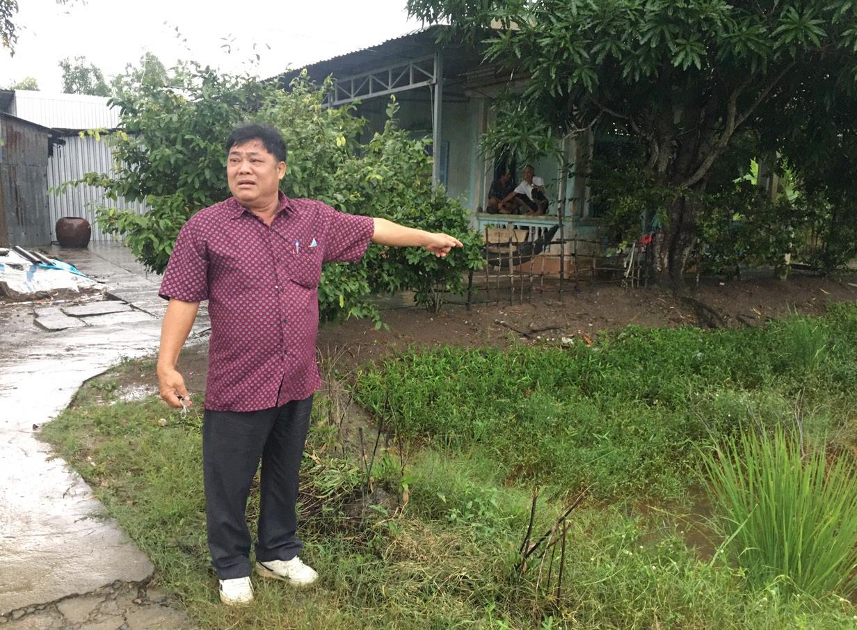 Ông Trần Xuân Yểm, người đại diện theo uỷ quyền của ông Mười chỉ khu đất trước căn nhà đã được cấp chủ quyền ổn định, lâu dài nay bị thu hồi cấp cho người khác