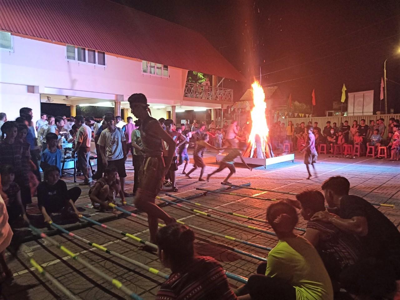 Bà con đồng bào Chơ Ro và các đại biểu cùng thưởng thức rượu cần, nhảy sạp và quây quần bên ánh lửa của đêm hội