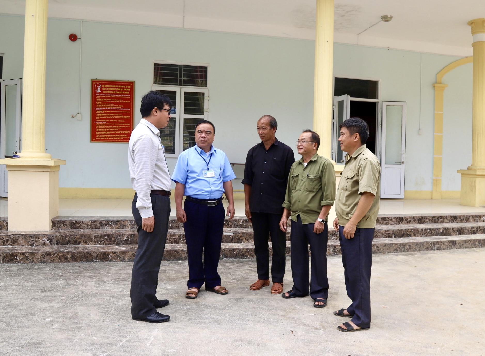 Ông Nguyễn Văn Phong, Phó Tổng Biên tập Báo Dân tộc và Phát triển (ngoài cùng bên trái) trao đổi với Người có uy tín tại xã Minh Tân, huyện Vị Xuyên (Hà Giang)