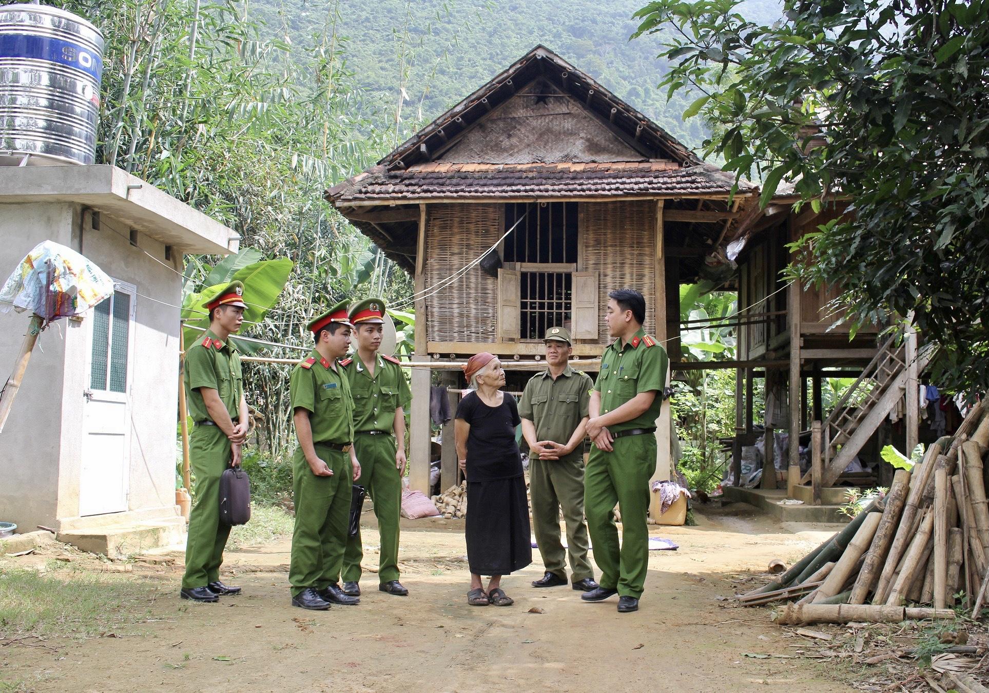 Công an huyện Lạc Thủy (Hòa Bình) thăm hỏi, động viên Người có uy tín trên địa bàn