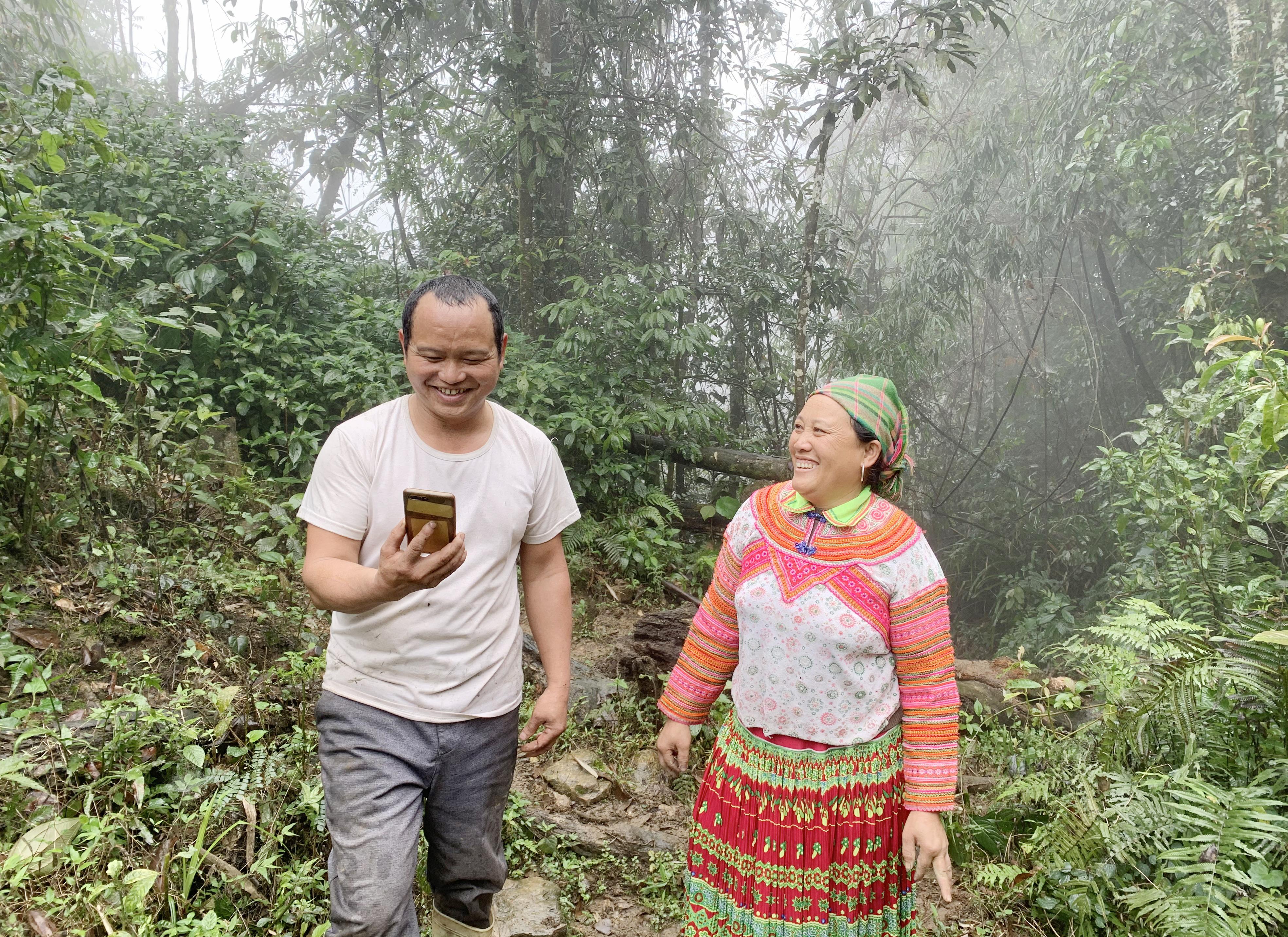 """Từ trên đỉnh Phiêng Mu, vợ chồng ông Lự """"đón sóng"""" gọi điện thoại liên lạc với mọi người"""