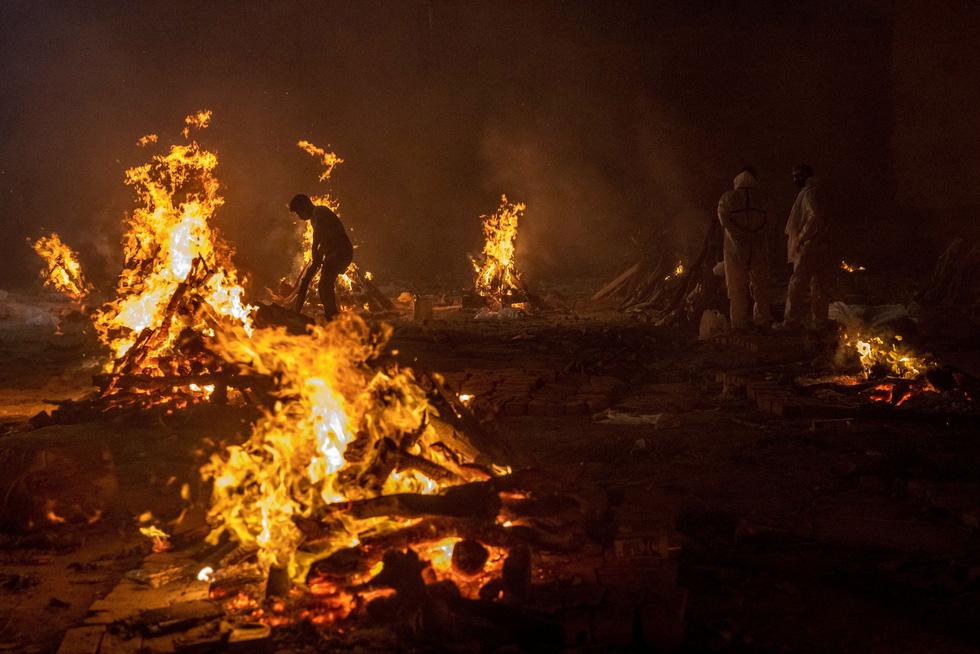 Cảnh hỏa thiêu thi thể bệnh nhân COVID-19 tại một bãi hỏa táng ở thủ đô New Delhi, Ấn Độ hôm 24-4. (Ảnh theo Reuters.com)