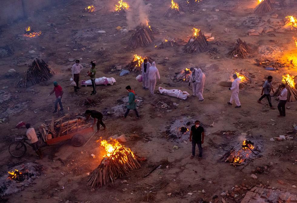 Mọt bãi hỏa táng thủ công liên tiếp đỏ lửa tại Ấn Độ (Ảnh theo Reuters.com)
