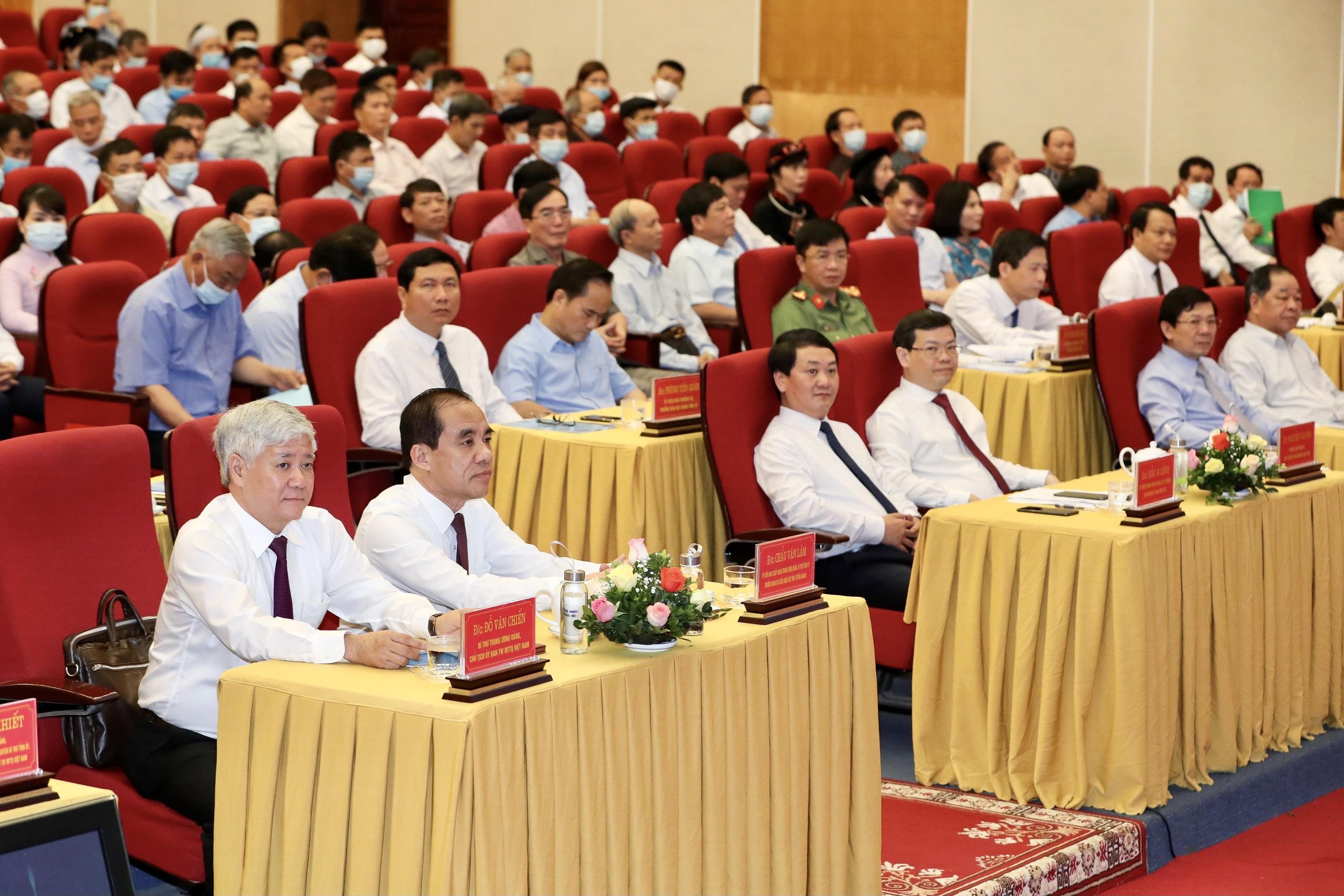 Bí thư Trung ương Đảng, Chủ tịch Ủy ban Trung ương Mặt trận Tổ quốc Việt Nam Đỗ Văn Chiến, Bộ trưởng, Chủ nhiệm UBDT Hầu A Lềnh cùng các đại biểu dự Hội nghị.
