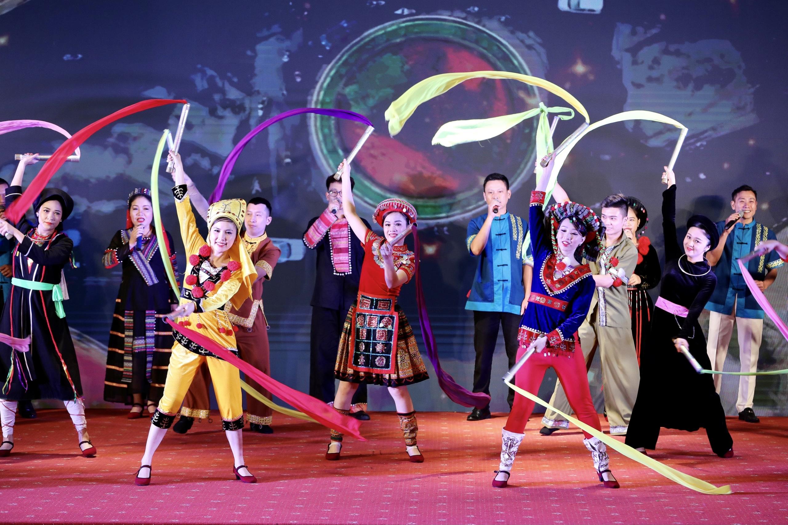 Tiết mục văn nghệ biểu diễn tại Hội nghị mang đậm bản sắc văn hóa dân tộc