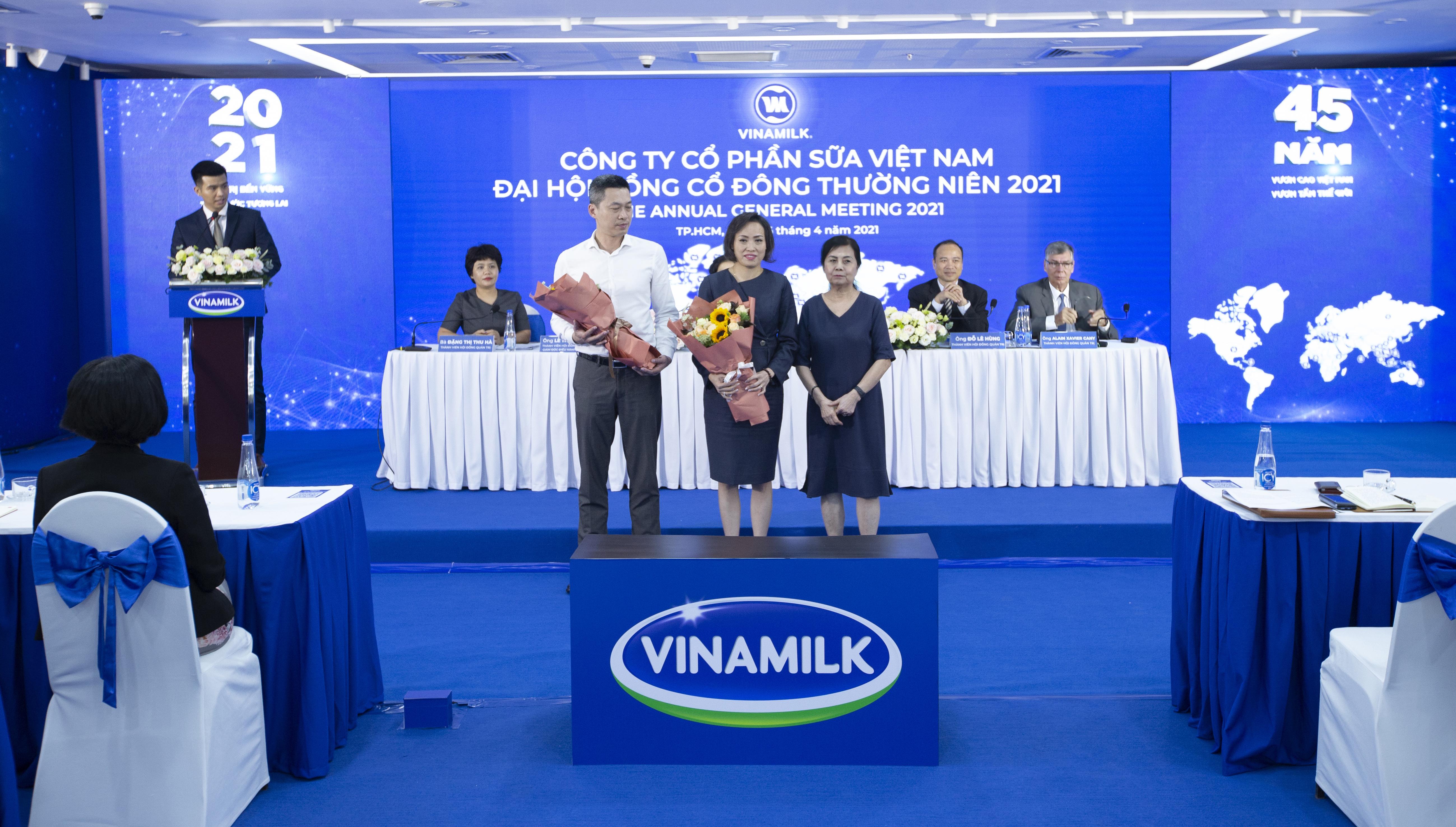 Bà Lê Thị Băng Tâm, Chủ tịch Hội đồng quản trị Vinamilk chúc mừng 2 thành viên mới tham gia Hội đồng quản trị