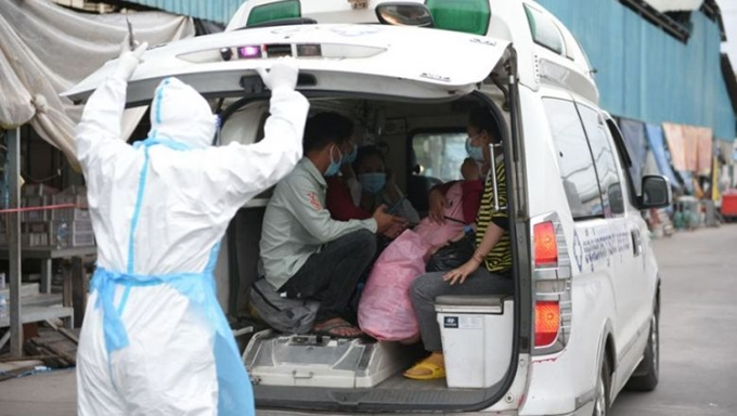 Nhân viên y tế đưa bệnh nhân dương tính với COVID-19 tới cơ sở điều trị ở Phnom Penh, Campuchia (Ảnh: The Phnom Penh Post)