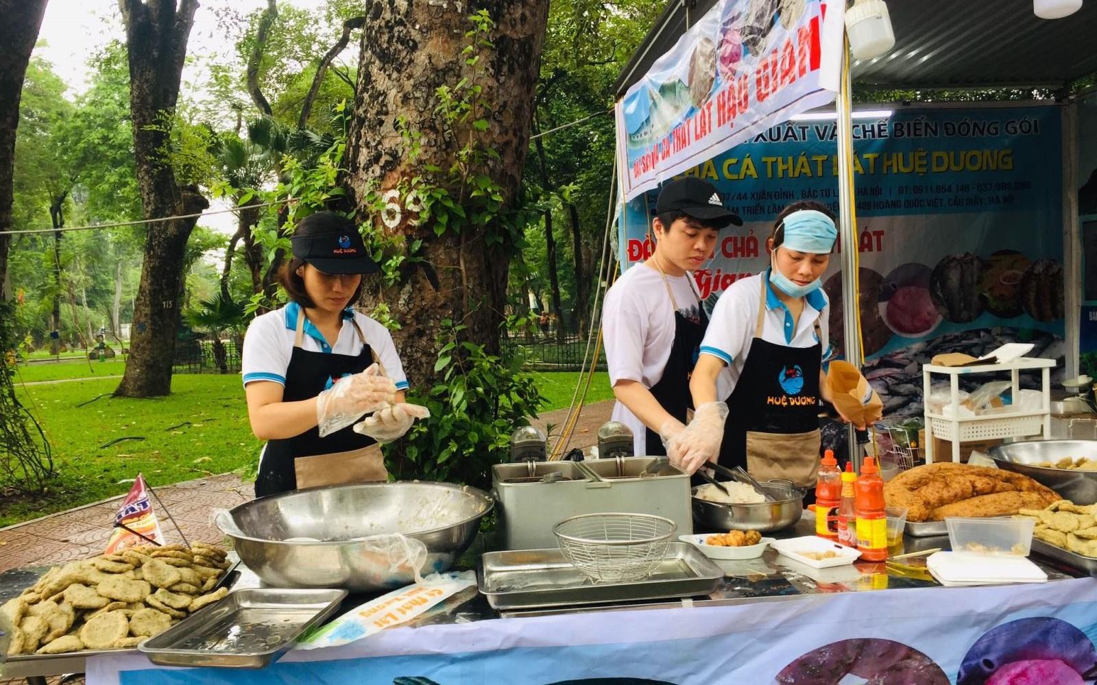 """Nhiều nhân viên các gian hàng tham gia """"Tuần hàng Việt 2021"""" tại Công viên Thống Nhất, không tuân thủ nghiêm đeo khẩu trang. Ảnh: Minh Phương/Báo Tin tức"""