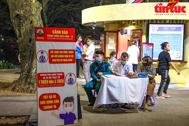 Ngày 27/4, Ban Chỉ đạo chống dịch COVID-19 của Hà Nội đã yêu cầu tạm dừng hoạt động của tuyến phố đi bộ hồ Gươm