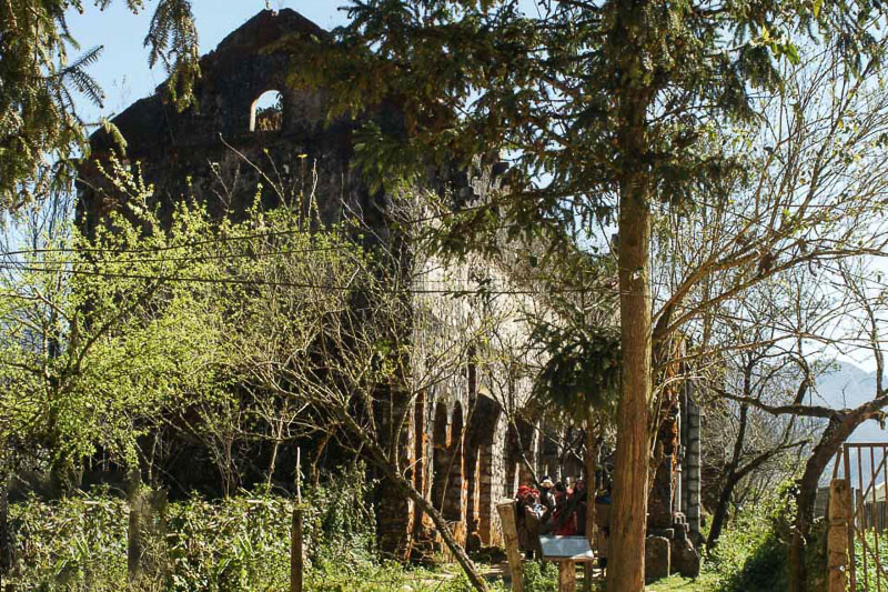Nếu như ở thị xã Sa Pa đẹp, với dáng vẻ trầm mặc của nhà thờ đá cổ, thì ở Tả Phìn có tu viện cổ sừng sững giữa núi rừng. Theo tư liệu để lại, tu viện cổ Tả Phìn được xây dựng từ năm 1942. Đây từng là nơi cư trú của 12 vị nữ tu sĩ, sau đó đã bị bỏ hoang. Tu viện cổ này ẩn chứa khá nhiều điều bí ẩn cần được khám phá, cũng là góc sống ảo cực chất cho giới trẻ