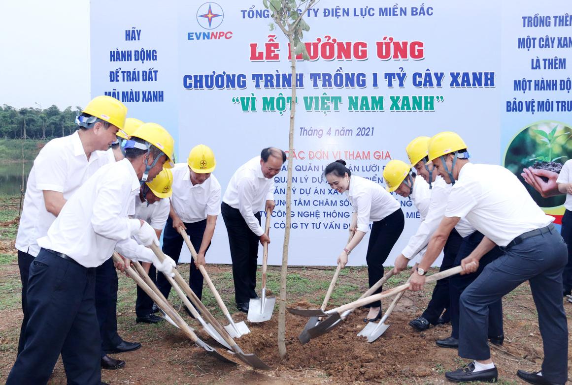 Các đại biểu trồng cây tại khuôn viên Làng văn hóa - Du lịch các dân tộc Việt Nam