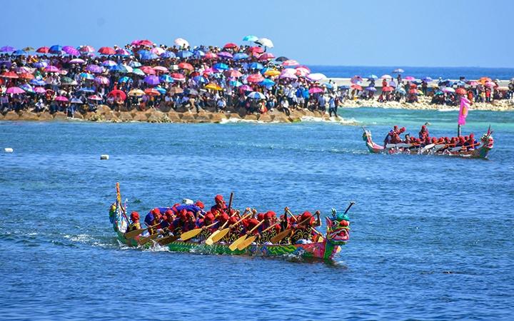 Lễ hội đua thuyền Tứ linh tại huyện đảo Lý Sơn (Quảng Ngãi)