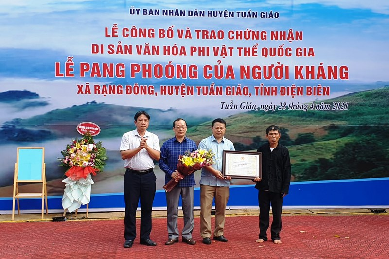 Trao chứng nhận Di sản văn hóa phi vật thể quốc gia cho cộng đồng người Kháng xã Rạng Đông.