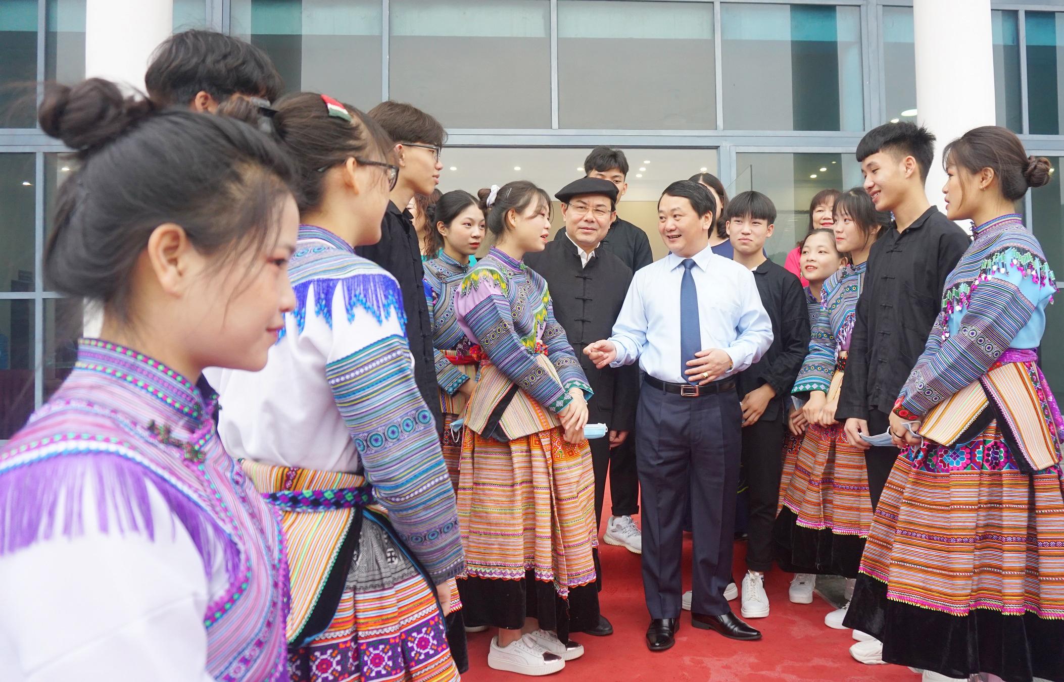 Bộ trưởng, Chủ nhiệm Hầu A Lềnh ân cần thăm hỏi các em học sinh Trường Phổ thông Dân tộc Nội trú tỉnh Lào Cai bên lề buổi Gặp mặt