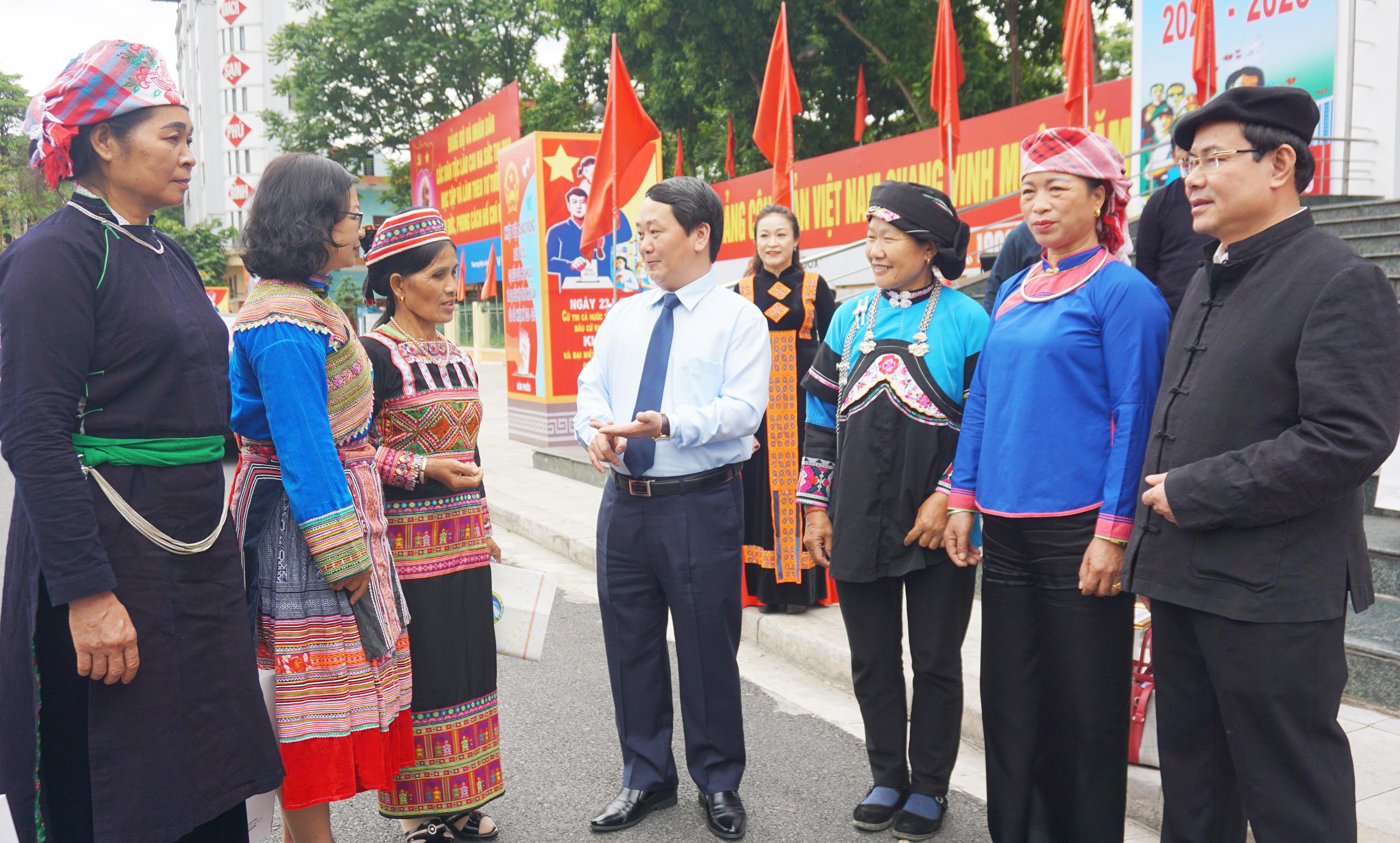 Bộ trưởng, Chủ nhiệm Hầu A Lềnh trò chuyện với Người có uy tín tiêu biểu trong đồng bào DTTS tỉnh Lào Cai bên lề buổi Gặp mặt