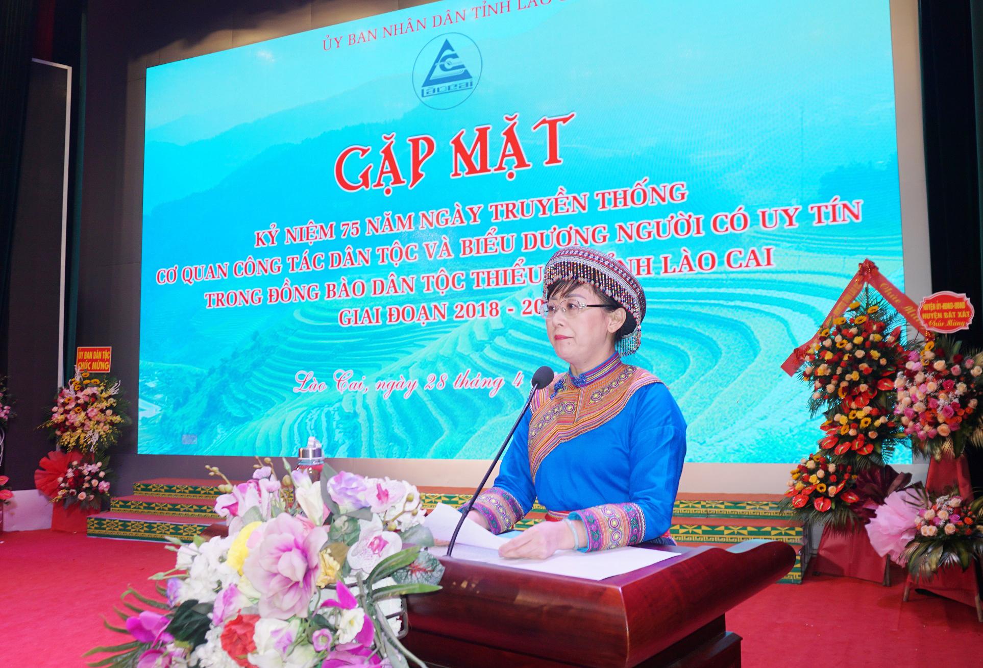 Phó Chủ tịch UBND tỉnh Lào Cai Giàng Thị Dung đọc diễn văn ôn lại truyền thống cơ quan công tác dân tộc tại Hội nghị