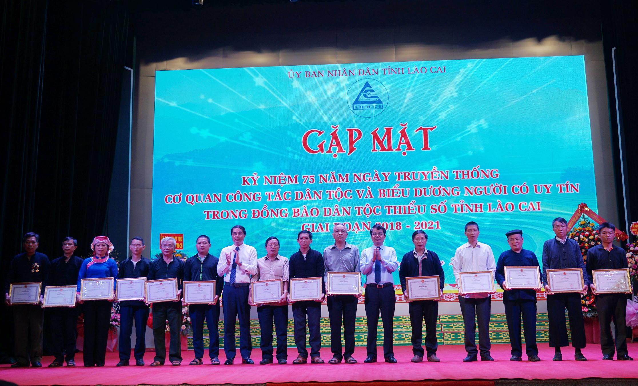 Trao tặng Bằng khen của Chủ tịch UBĐ tỉnh Lào Cai cho 28 Người uy tín vì đã có thành tích xuất sắc trong công tác dân tộc thời gian qua