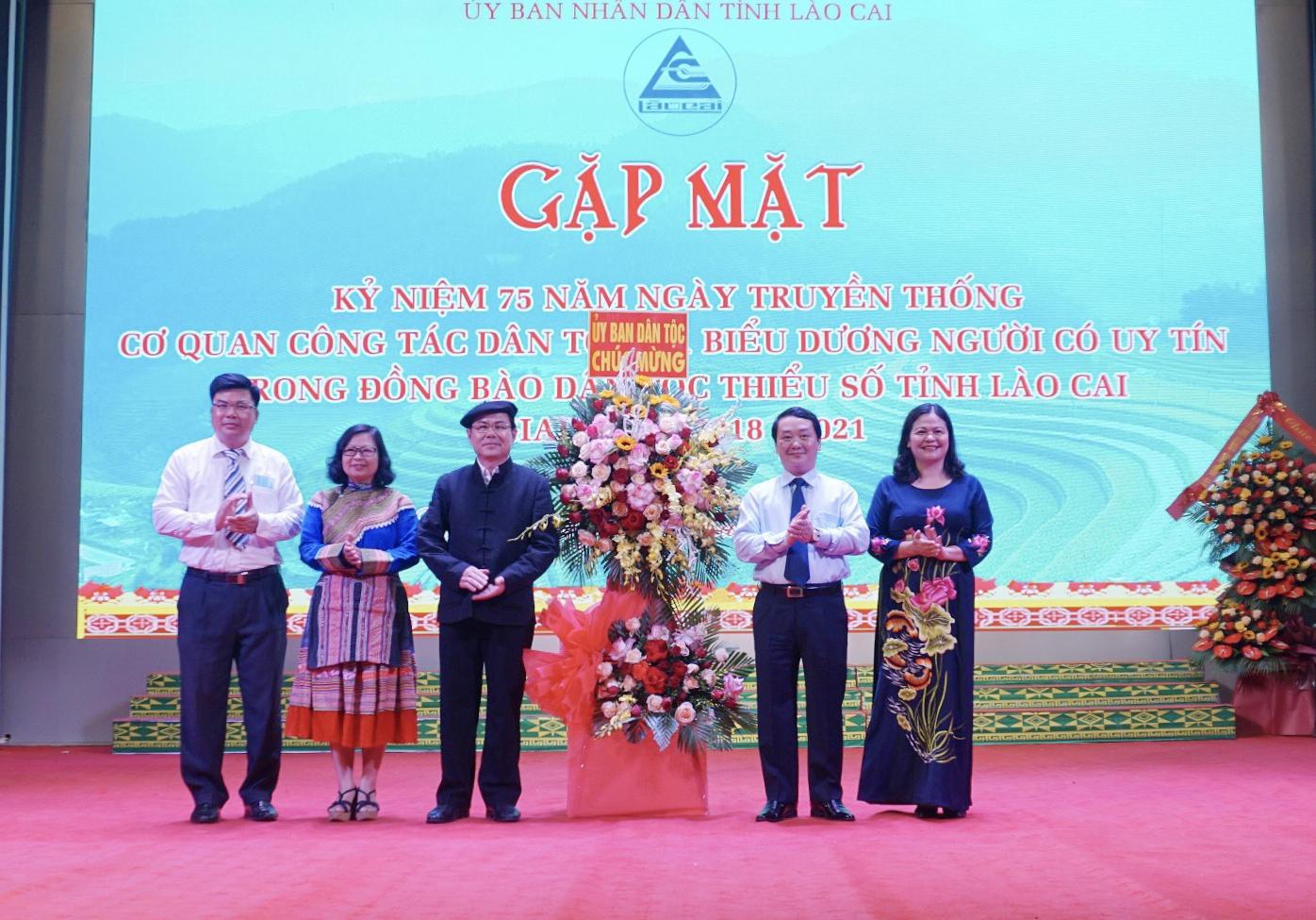 Bộ trưởng, Chủ nhiệm Hầu A Lềnh tặng hoa cho Ban Dân tộc tỉnh Lào Cai nhân dịp kỷ niệm 75 năm Ngày truyền thống cơ quan công tác dân tộc