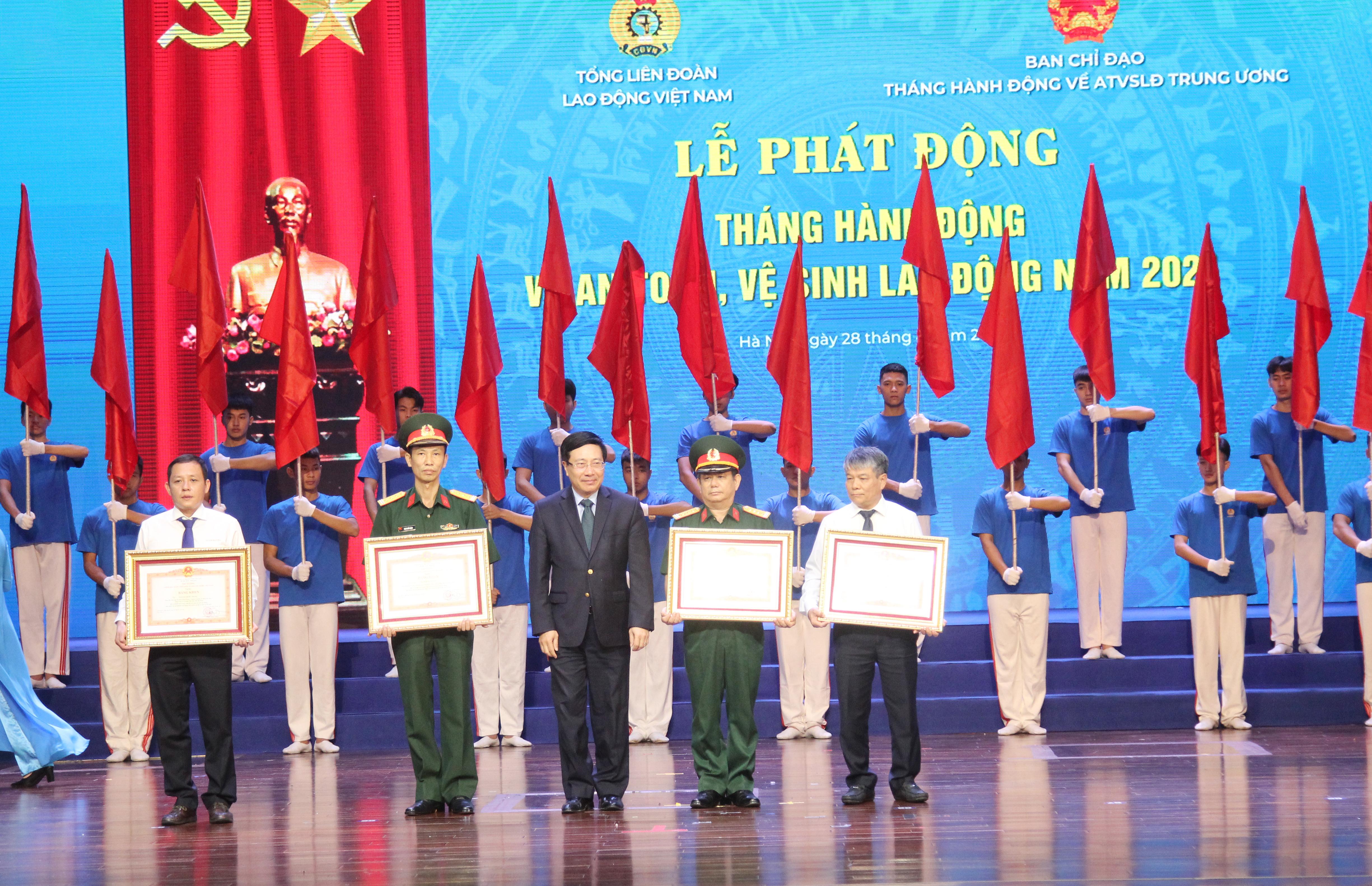 Phó Thủ tướng Chính phủ Phạm Bình Minh trao Bằng khen của Thủ tướng Chính phủ cho các tập thể tiêu biểu