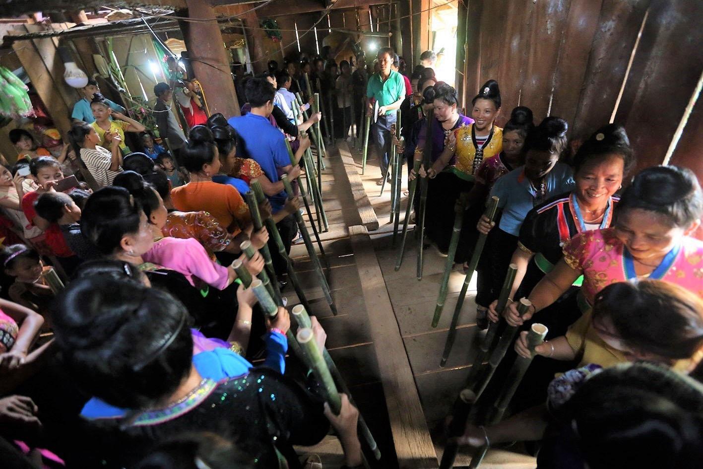 Điệu nhảy Xé Pang vui chơi của người dân trong dịp lễ hội Lễ hội Pang Phoóng