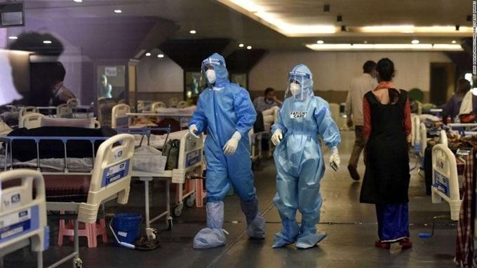 Các bệnh viện tại Ấn Độ trở nên quá tải, thiếu giường bệnh và các vật tư y tế để chăm sóc cho bệnh nhân. (Ảnh: AFP)
