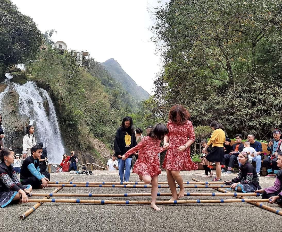 Người dân bản Cát Cát cùng du khách nhảy sạp và tái hiện không khí vui chơi, ca hát của người Mông sau những ngày lên nương, làm rẫy vất vã