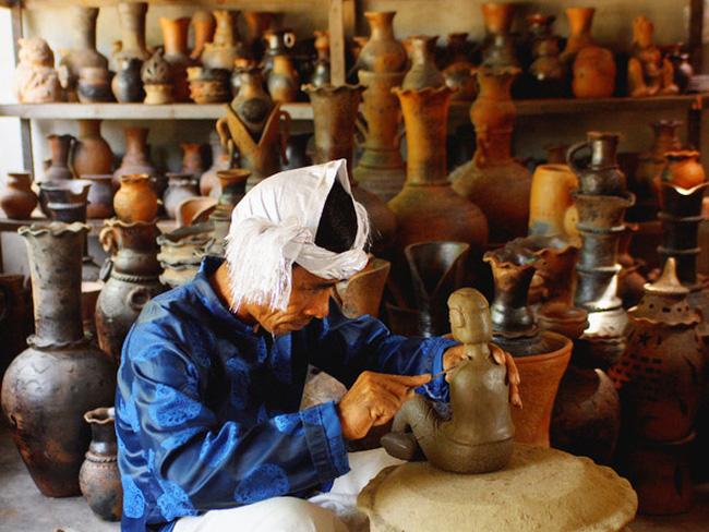Nghệ nhân dân tộc Chăm chế tác gốm Bàu Trúc