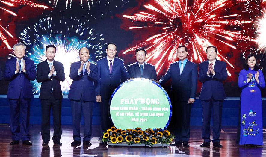 Chủ tịch nước Nguyễn Xuân Phúc và các đại biểu chứng kiến Lễ phát động Tháng Công nhân và Tháng hành động về an toàn vệ sinh lao động năm 2021