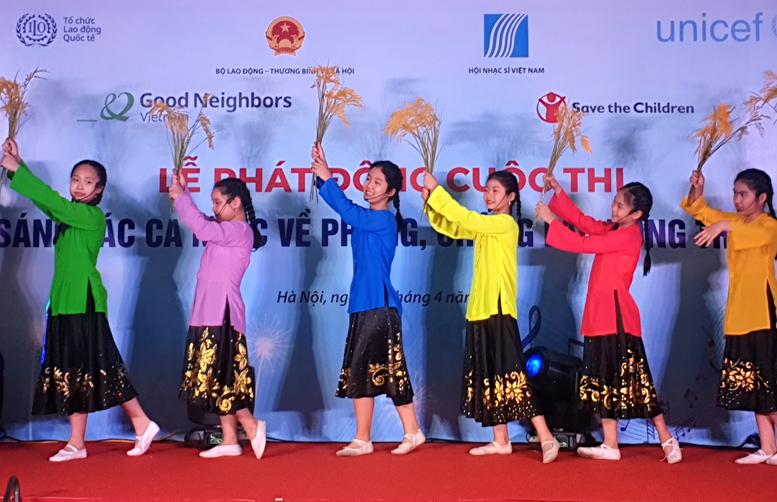 Trẻ em biểu diễn ca khúc đề tài phòng, chống lao động trẻ em tại Lễ phát động.