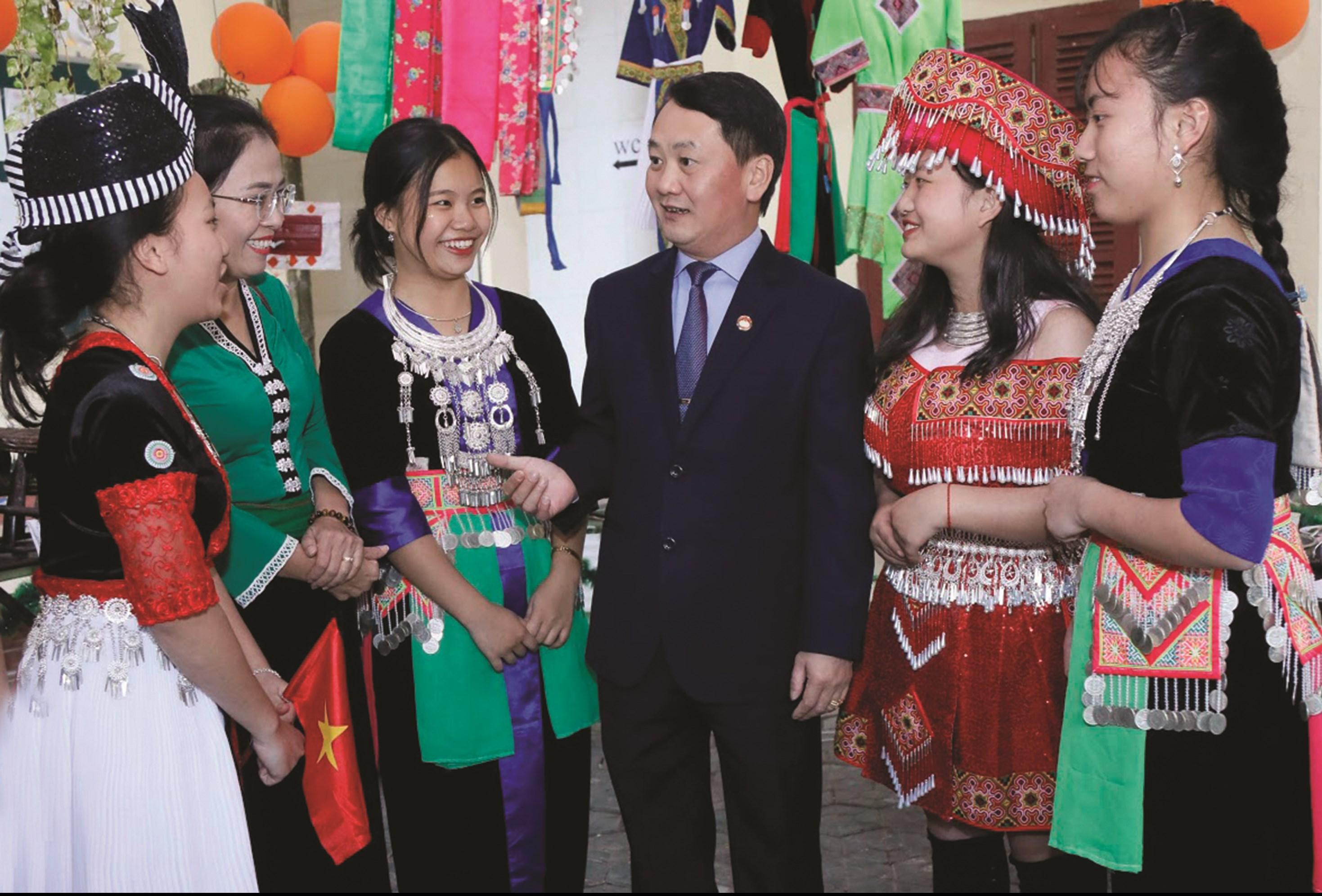 Đồng chí Hầu A Lềnh trò chuyện với các em học sinh Trường THPT dân tộc nội trú tại Nghệ An (năm 2019).