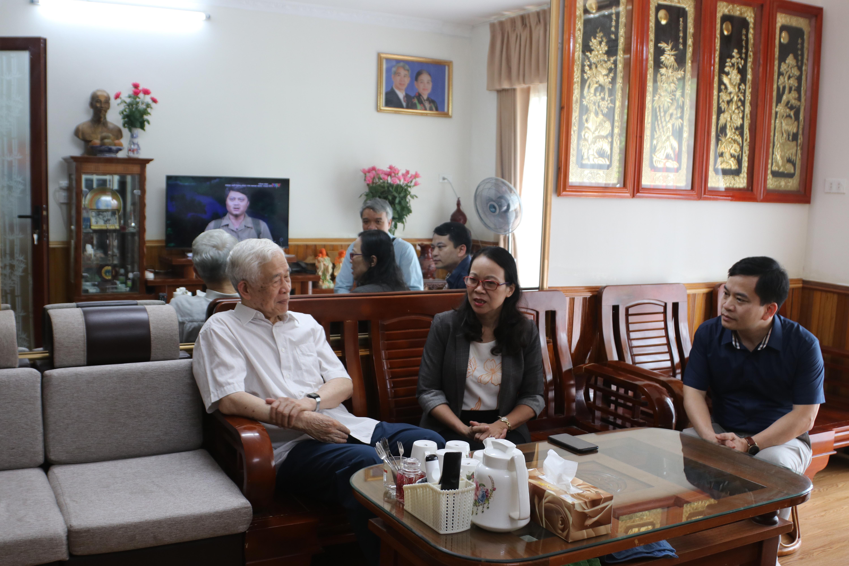 Thứ trưởng, Phó Chủ nhiệm Hoàng Thị Hạnh trò chuyện với ông Lù Văn Que, nguyên Phó Chủ nhiệm Ủy ban Dân tộc.
