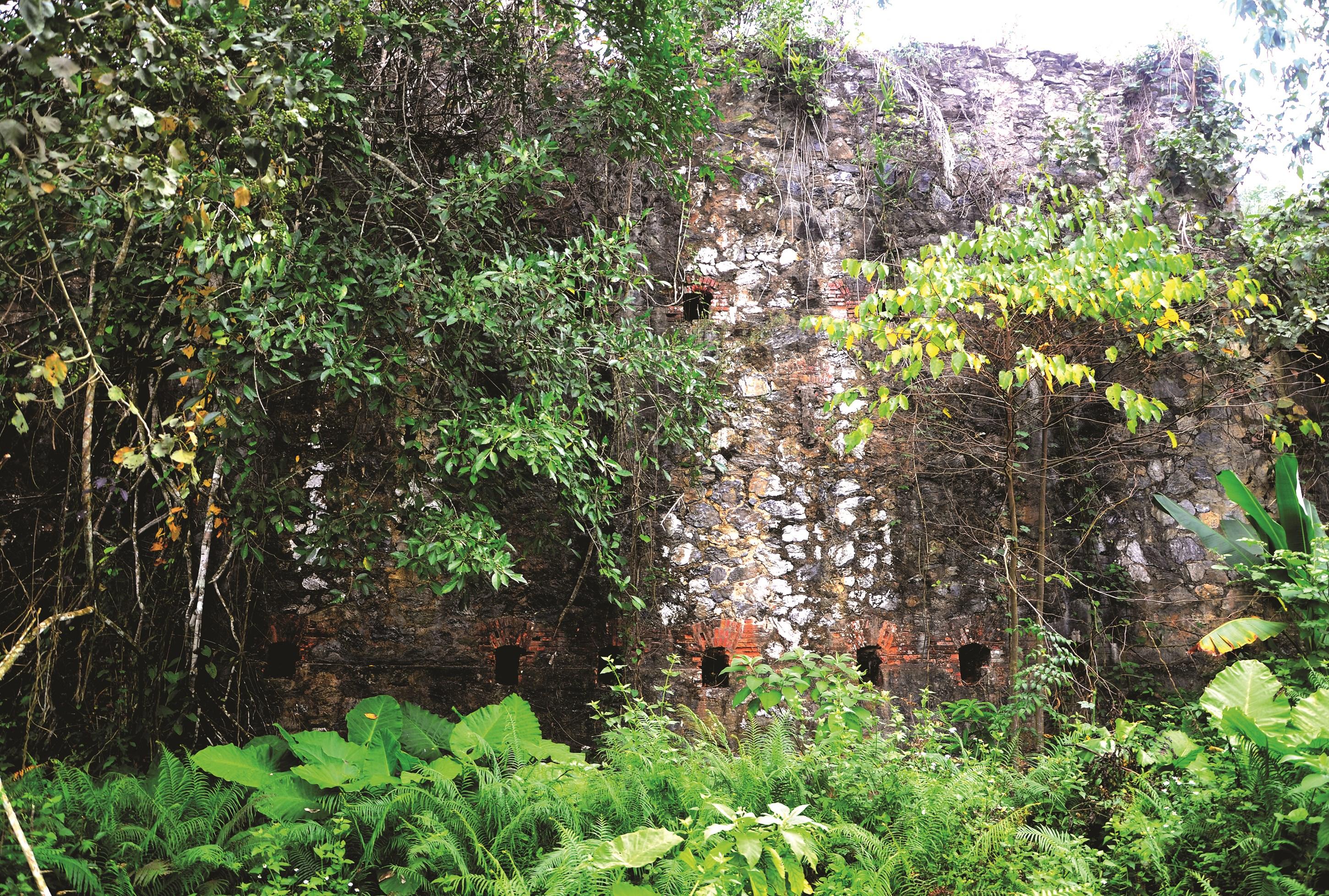 Khu phế tích của Pháp tại núi Dùm.