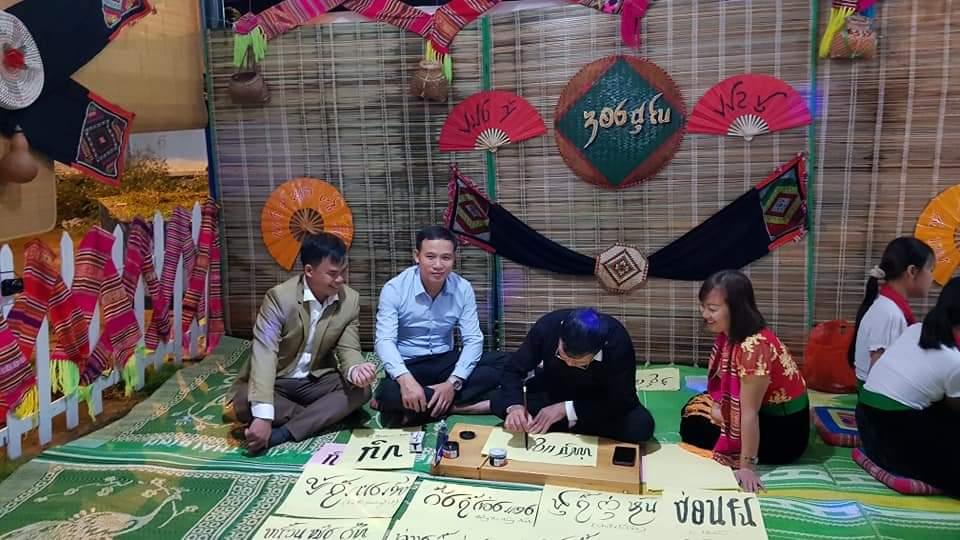 Lãnh đạo xã Nghĩa Lợi tham quan lớp dạy chữ Thái cho cho thế hệ trẻ