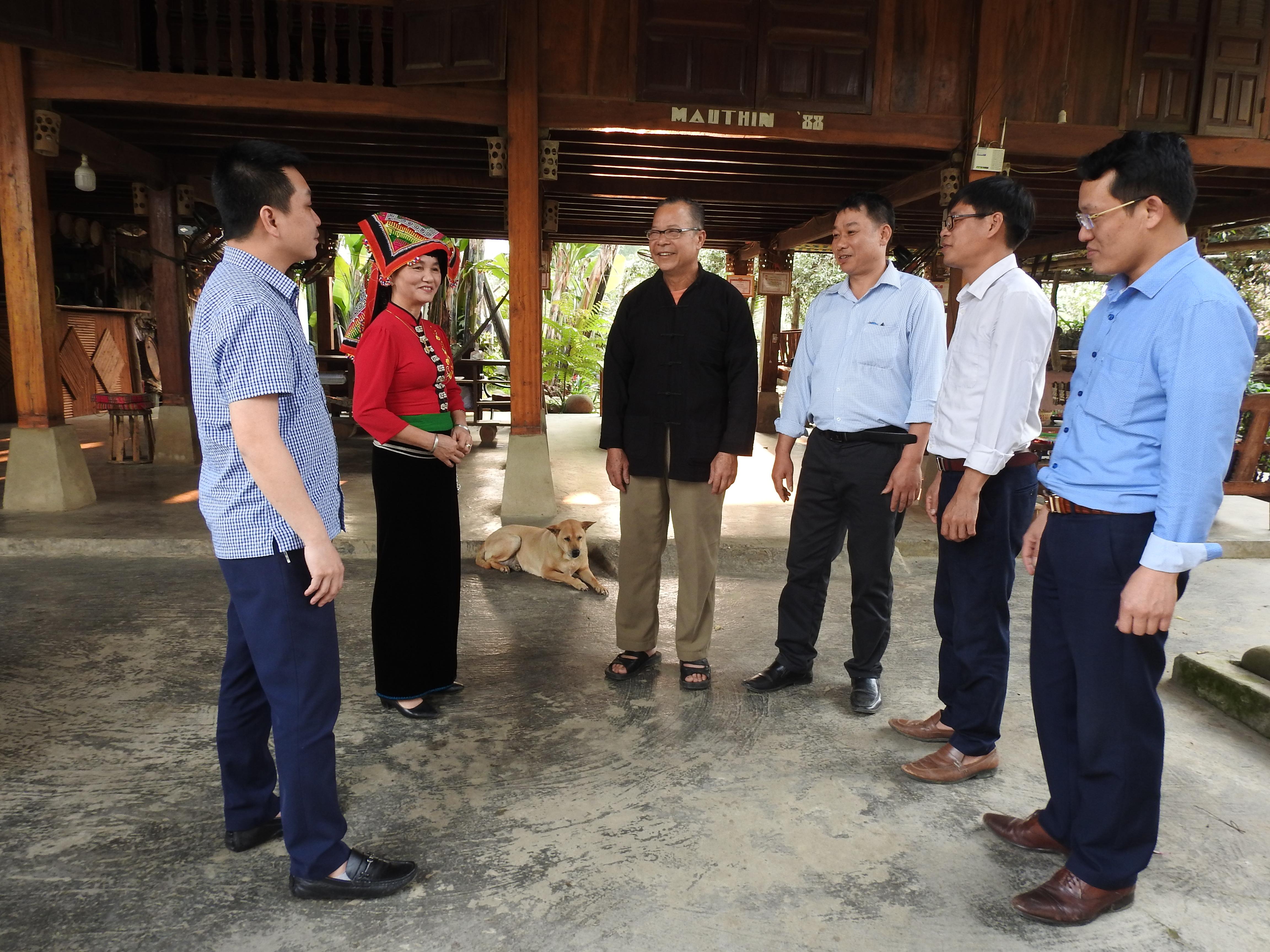 Cán bộ Ban Dân tộc tỉnh Yên Bái và Phòng Dân tộc thị xã Nghĩa Lộ thăm mô hình Homstay tại gia đình bà Hoàng Thị Loan, bản Sà Rèn