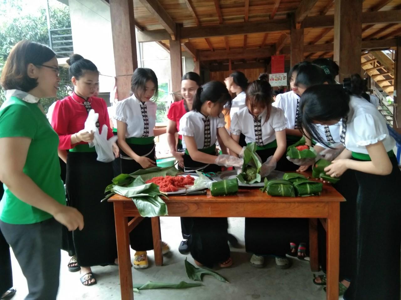 Một buổi truyền dạy về ẩm thực dân tộc cho thế hệ trẻ tại bản Sà Rèn