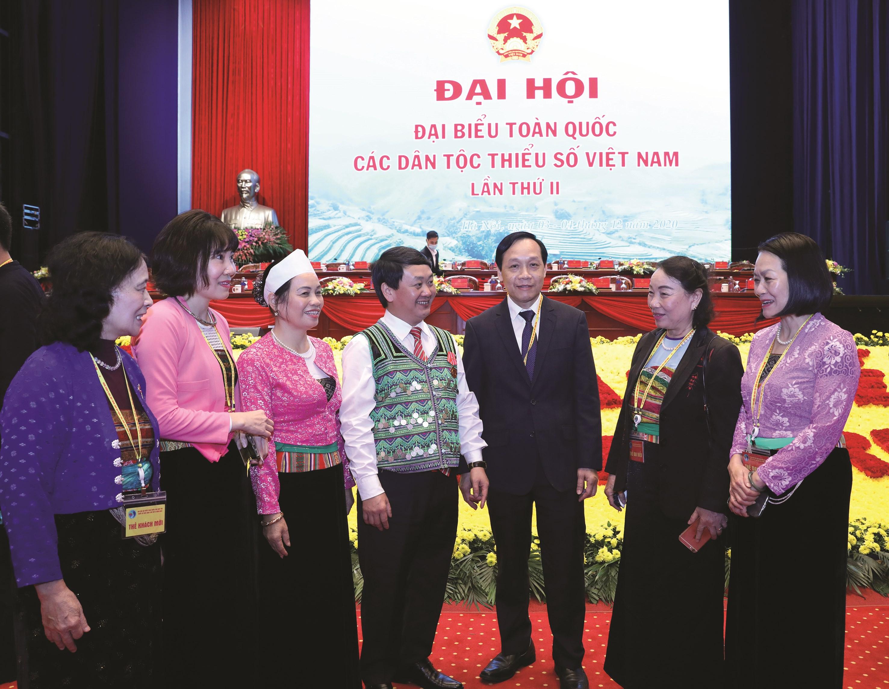 Đồng chí Hầu A Lềnh trao đổi với các đại biểu tại Đại hội Đại biểu toàn quốc các DTTS Việt Nam lần thứ II năm 2020.